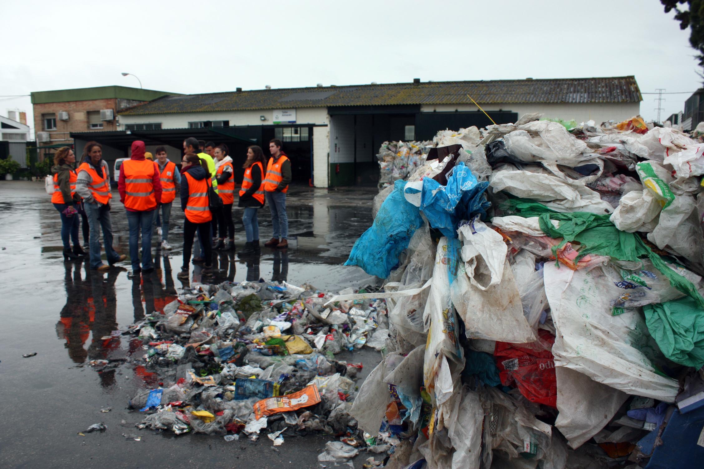 ¡RECAPACICLA! Cada uno de nosotros generamos más de media tonelada de residuos al año…